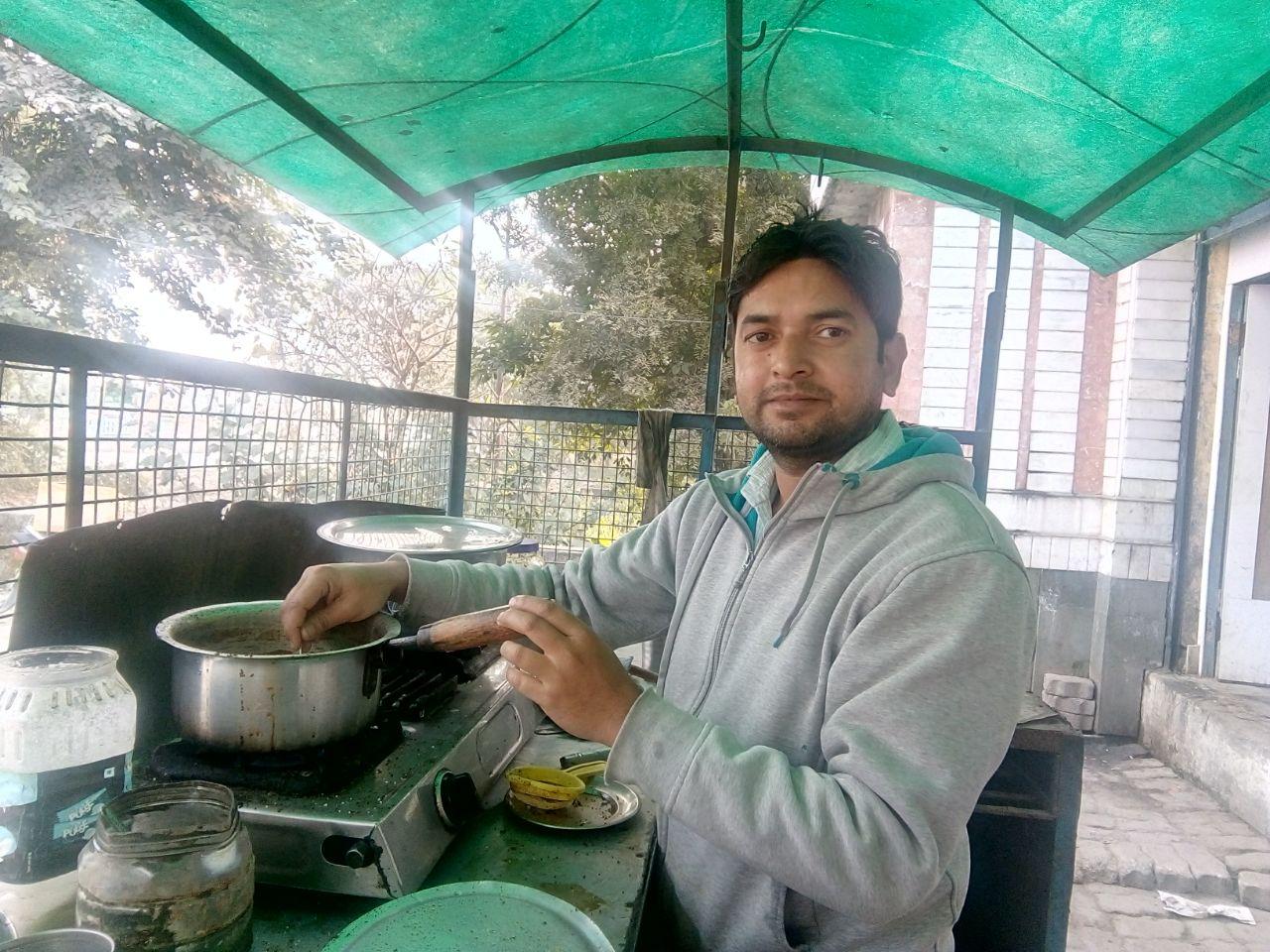 चाय बनाते अखिलेश कुमार