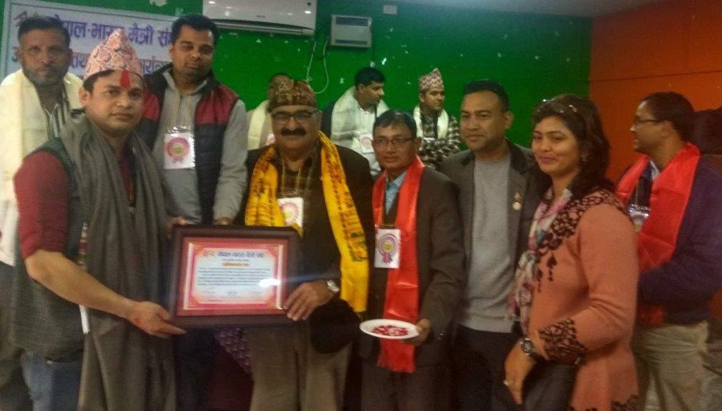 थानाध्यक्ष खत्री को सम्मानित करते राजकुमार सिंधी