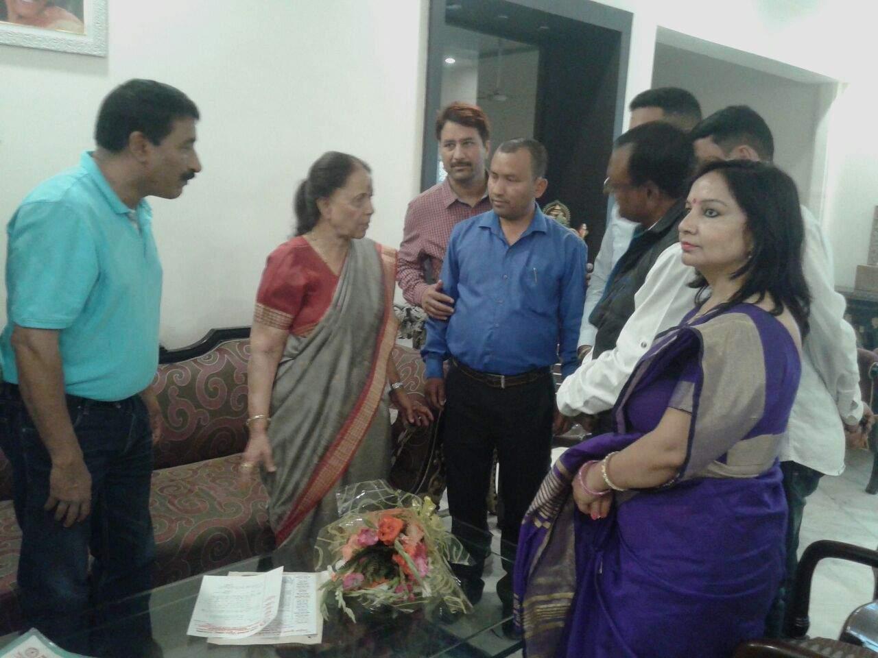 नेता प्रतिपक्ष डा. इंदिरा हदयेश से भेंट करते शिक्षक