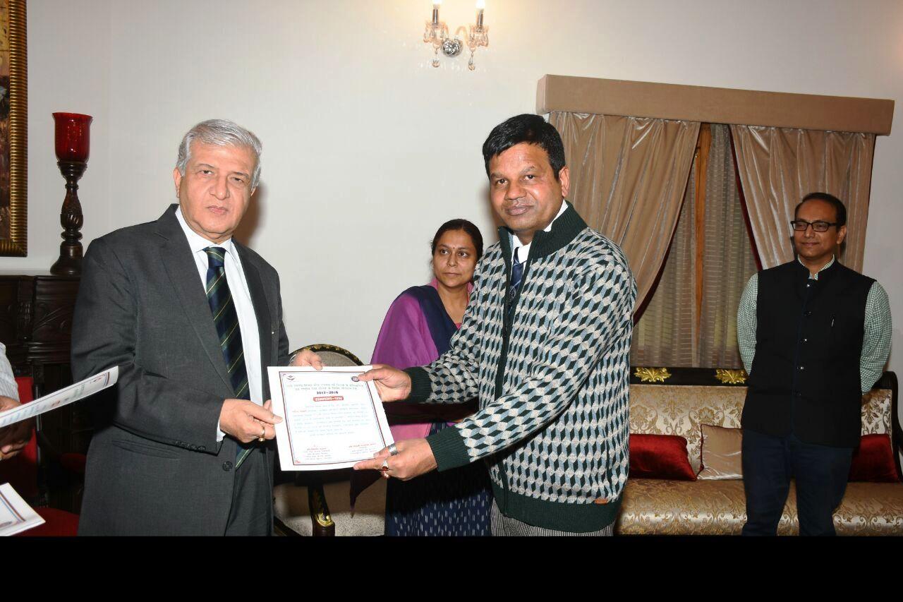 देहरादून राजभवन में राज्यपाल से प्रशस्ति पत्र लेते प्रो. ललित तिवारी।