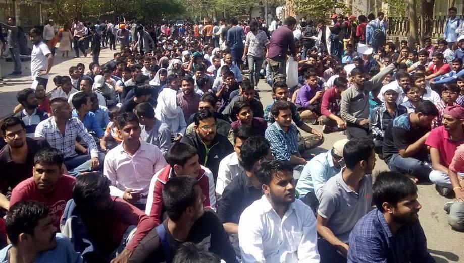 दिल्ली में धरने पर बैठे बेरोजगार