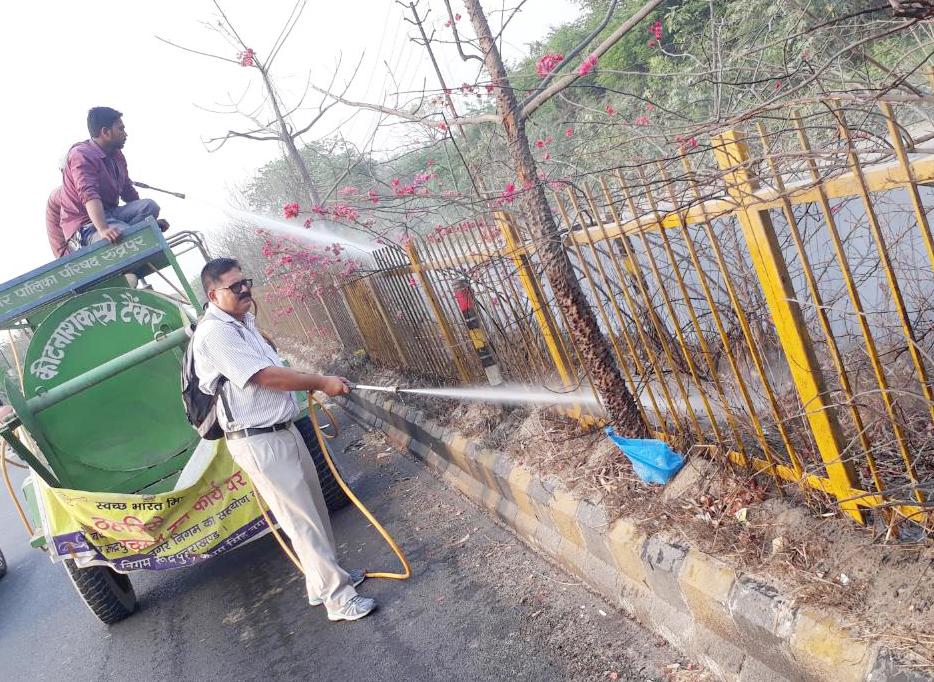 रुद्रपुर में हाईवे स्थित डिवाइडर में लगे पौधों को सींचते डा. आशुतोष