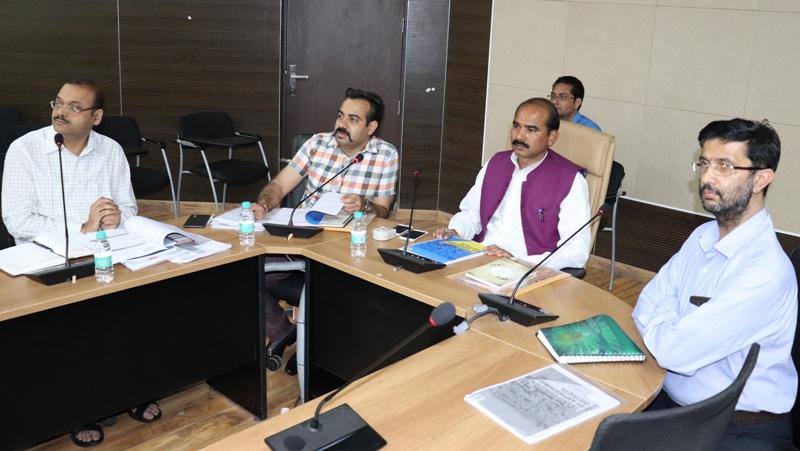 बैठक लेते मंत्री अजय टम्टा