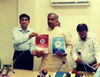 परीक्षाफल घोषित करते शिक्षा मंत्री अरविंद पांडेय