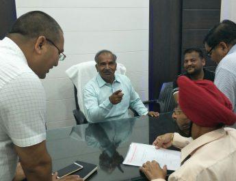 बैठक लेते शिक्षा मंत्री पांडेय