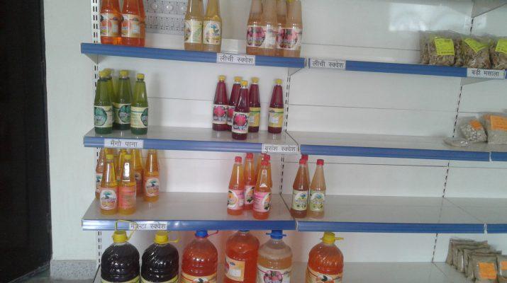 हल्द्वानी के सरस बाजार में रखे बुरांश और लीची के जूस