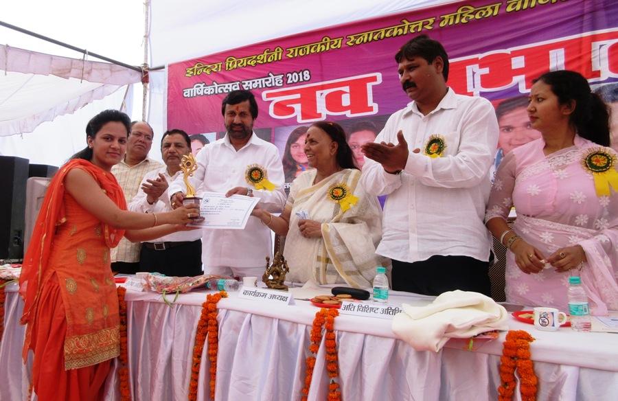 मेधावी छात्राओं को सम्मानित करते वित्त मंत्री पंत व इंदिरा हृदयेश