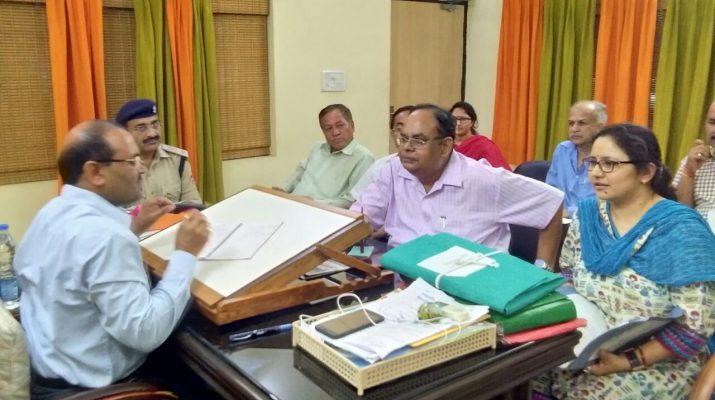 बैठक लेते डीएम विनोद कुमार सुमन