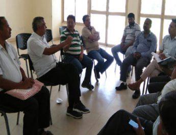 बैठक करते गन्ना किसान