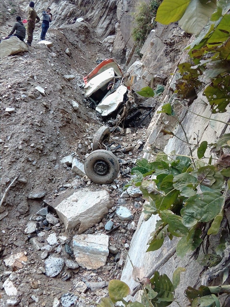 खाई में गिरने के बाद चकनाचूर वाहन