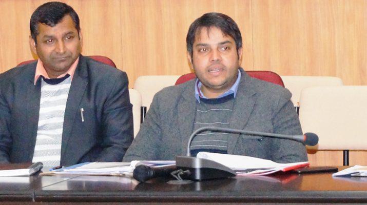 गौलापार में बैठक लेते सीडीओ विनीत कुमार