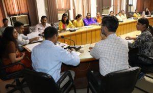 बैठक के दौरान सचिव सौजन्या और अन्य अधिकारी