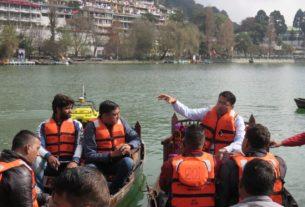 नाव के जरिए झील का निरीक्षण करते डीएम व वैज्ञानिक