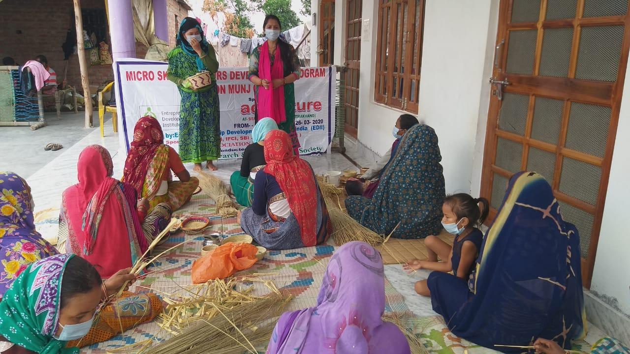 महिलाओं को जानकारी देतीं संस्था की पदाधिकारी