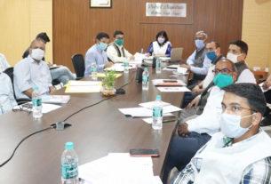 बैठक के दौरान डीएम व अन्य अधिकारी