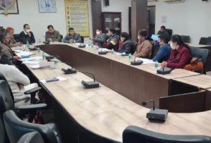 बैठक के दौरान मौजूद अधिकारी
