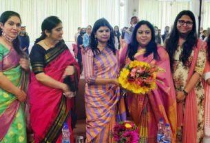 कार्यक्रम के दौरान डीएम रंजना राजगुरु व अन्य महिलाएं
