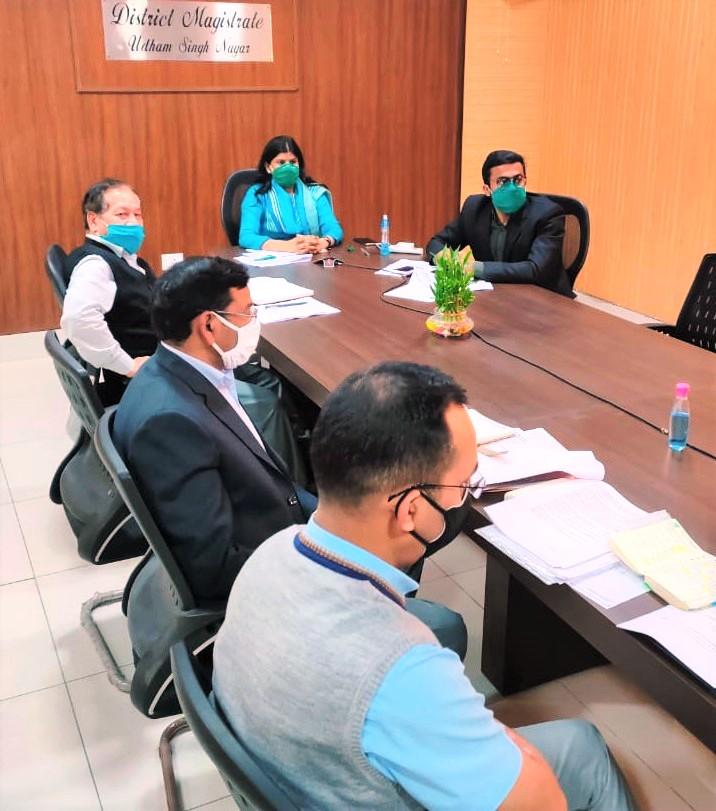 बैठक के दौरान डीएम रंजना राजगुरु
