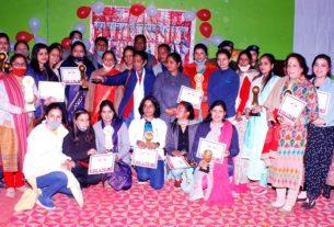 सम्मान समारोह के दौरान महिलाएं