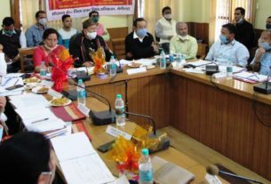 सर्किट हाउस में बैठक लेते सांसद अजय भट्ट