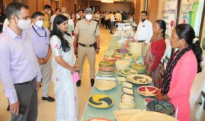 प्रदर्शनी का अवलोकन करतीं डीएम रंजना राजगुरु